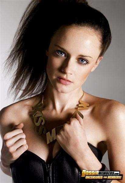Малолетняя актриса позирует с голыми грудями и бритой пиздой