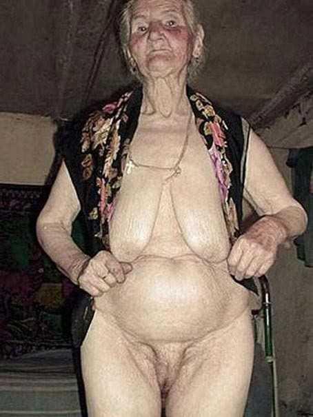 Старые сморщенные бабули показывают отвисшие сиськи и пизду