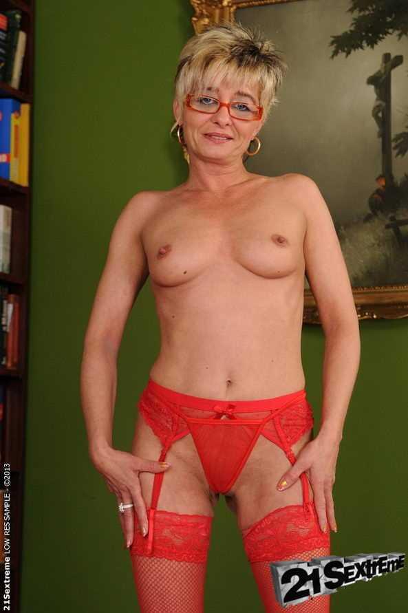 Зрелая тётка с большой жопой трахается в вагину