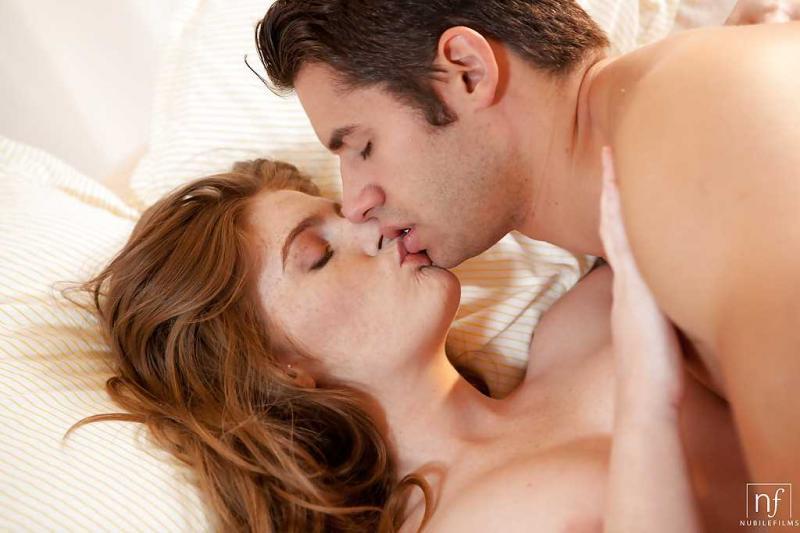 Нежный секс с белокожей спящей рыжей девушкой