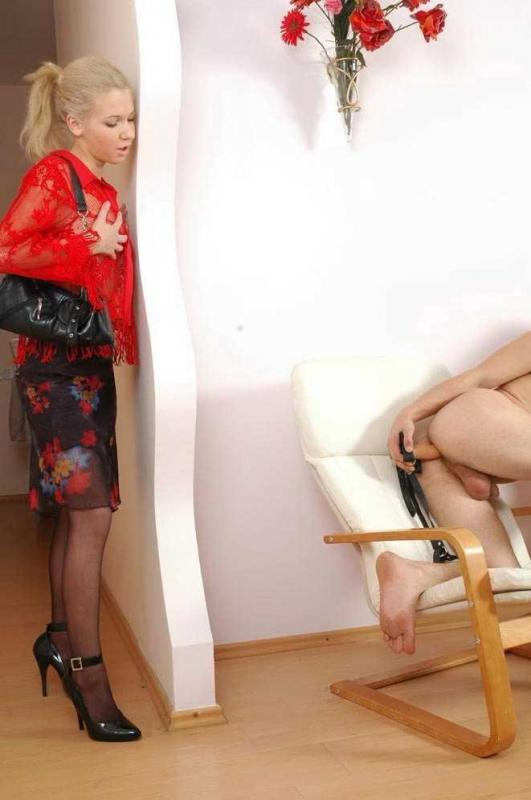 Жена блондинка подсматривает за мужем и трахает очко страпоном