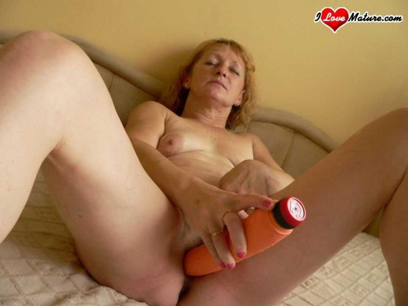 Старая тётя сидит на лице после секса и дрочит фаллоимитатором