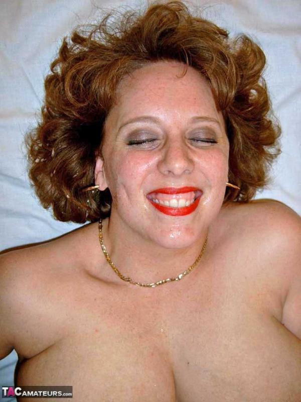 Рыжая толстуха мастурбирует член ртом и титьками