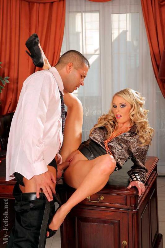 Фетиш с еблей гламурной секретарши в кабинете