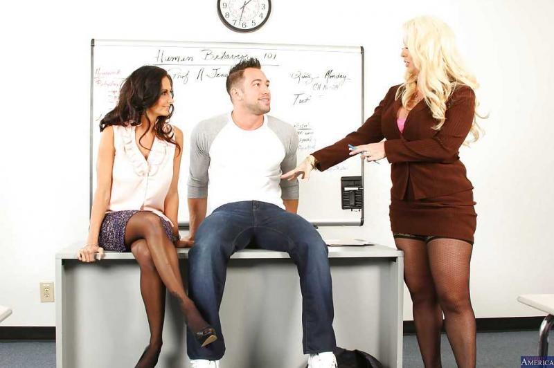 Блондинка с широкими бёдрами в оральном сексе втроём