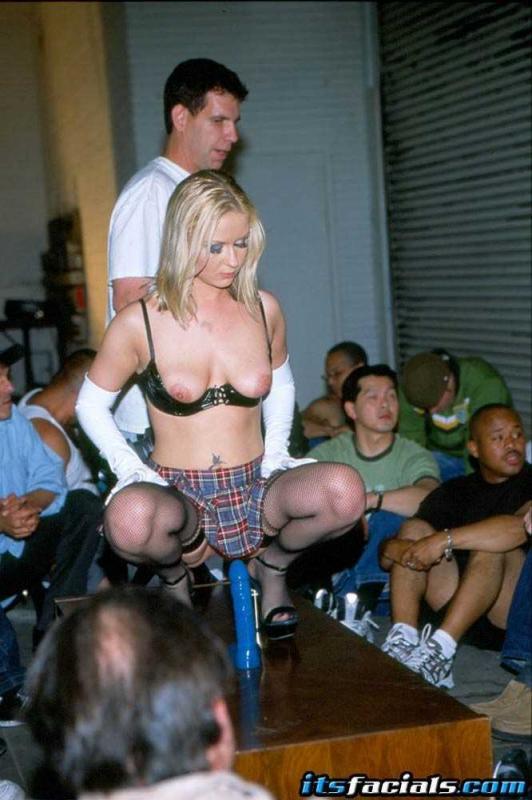 Толпа дрочит на зрелую блондинку с эякуляцией на лицо