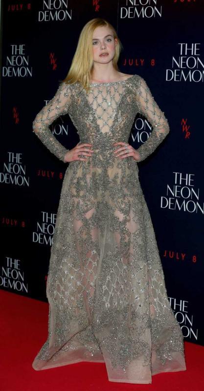 Актриса красотка в длинном прозрачном платье