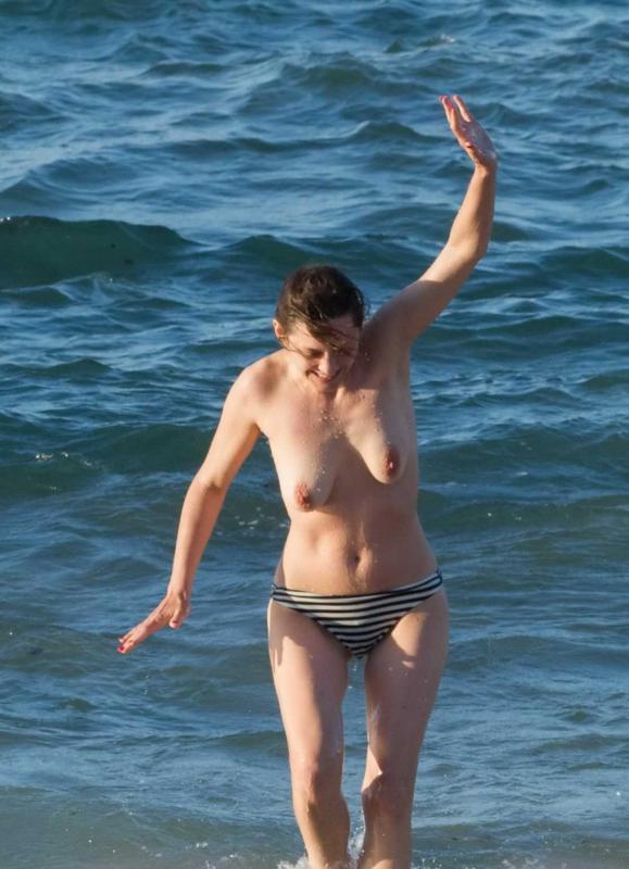 Известная актриса на пляже показывает сиськи