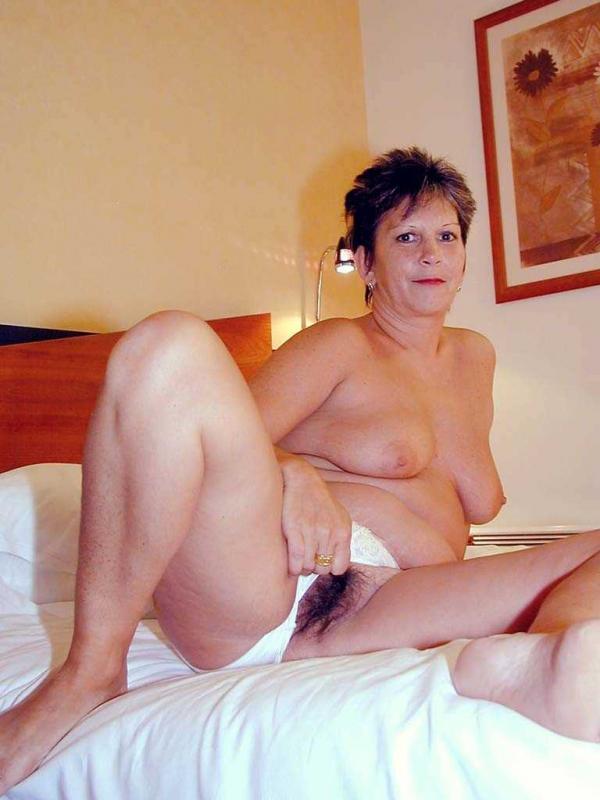 Симпатичная бабка с волосатой писей позирует в отеле