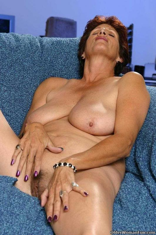 Сексуальная бабка в коротких шортах в позе раком