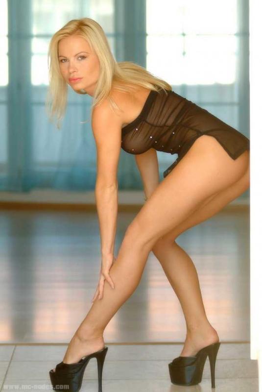 Гламурная блондинка в прозрачном платье раздевается