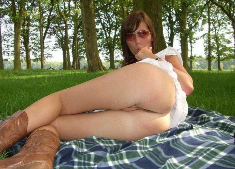 Голые сучки без трусов светят пиздами на домашнем порно