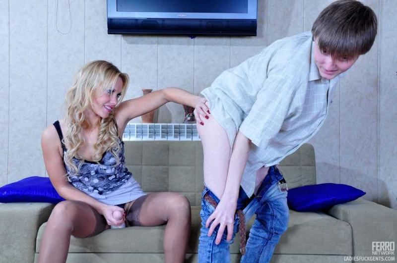 Блондинка в чулках ебёт страпоном парня в анал