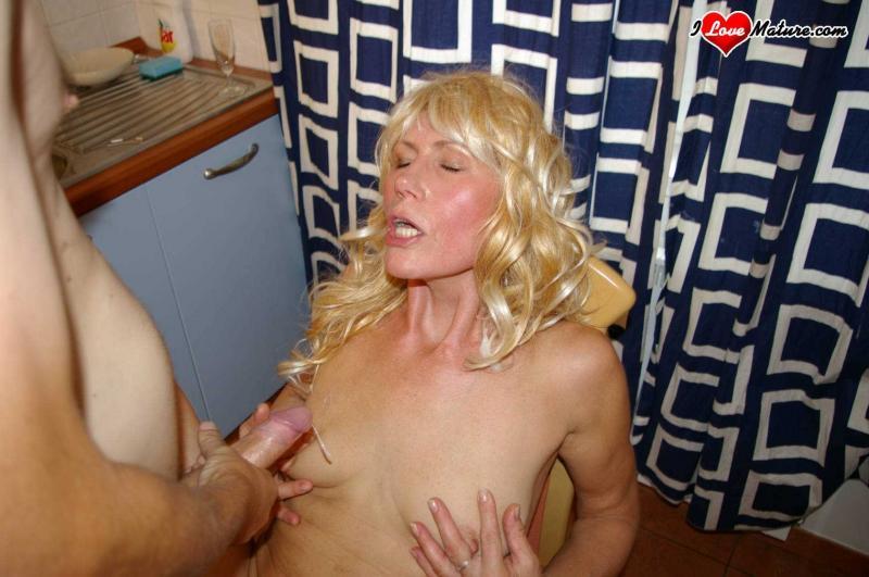 Зрелая мама блондинка сосёт и трахается на кухне