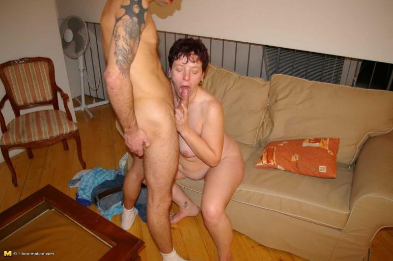 Полная жопастая мама с большими сиськами ебётся после душа