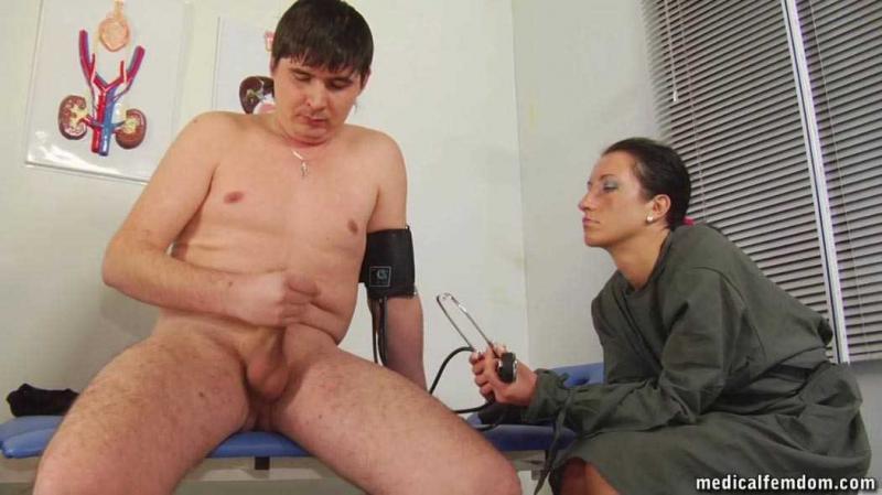 Блондинка подросток дрочит пизду перед медсестрой