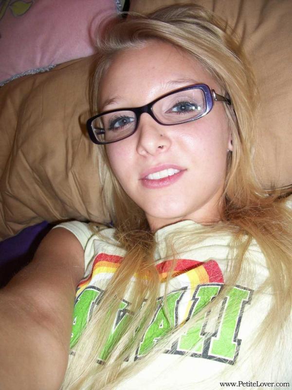 Сексуальная фифа в очках показывает сиськи на мобильных фото