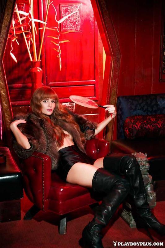 Рыжая позирующая девушка с голой грудью и лохматой писей
