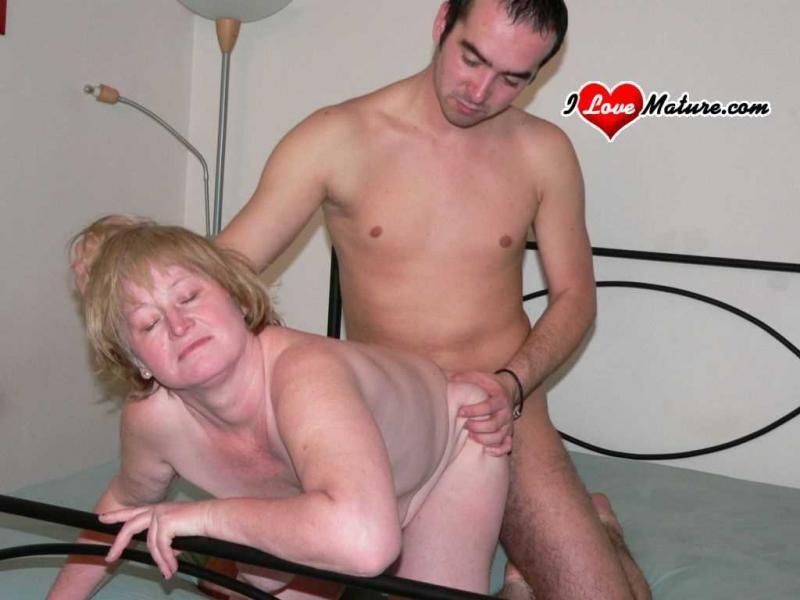 Пожилая русская мама лижет очко и занимается сексом