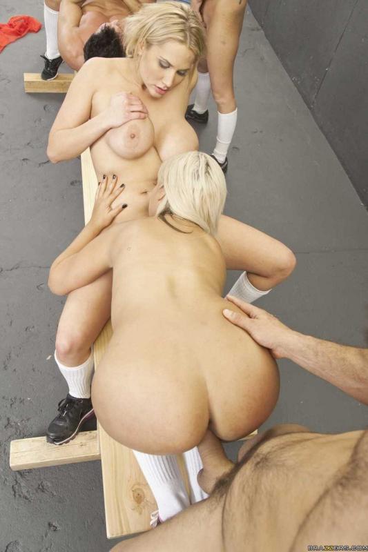 Секс втроём в раздевалке на свежих фото