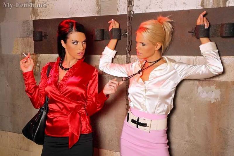 Секретарши лесбиянки трахают пилотки дилдо с элементами БДСМ